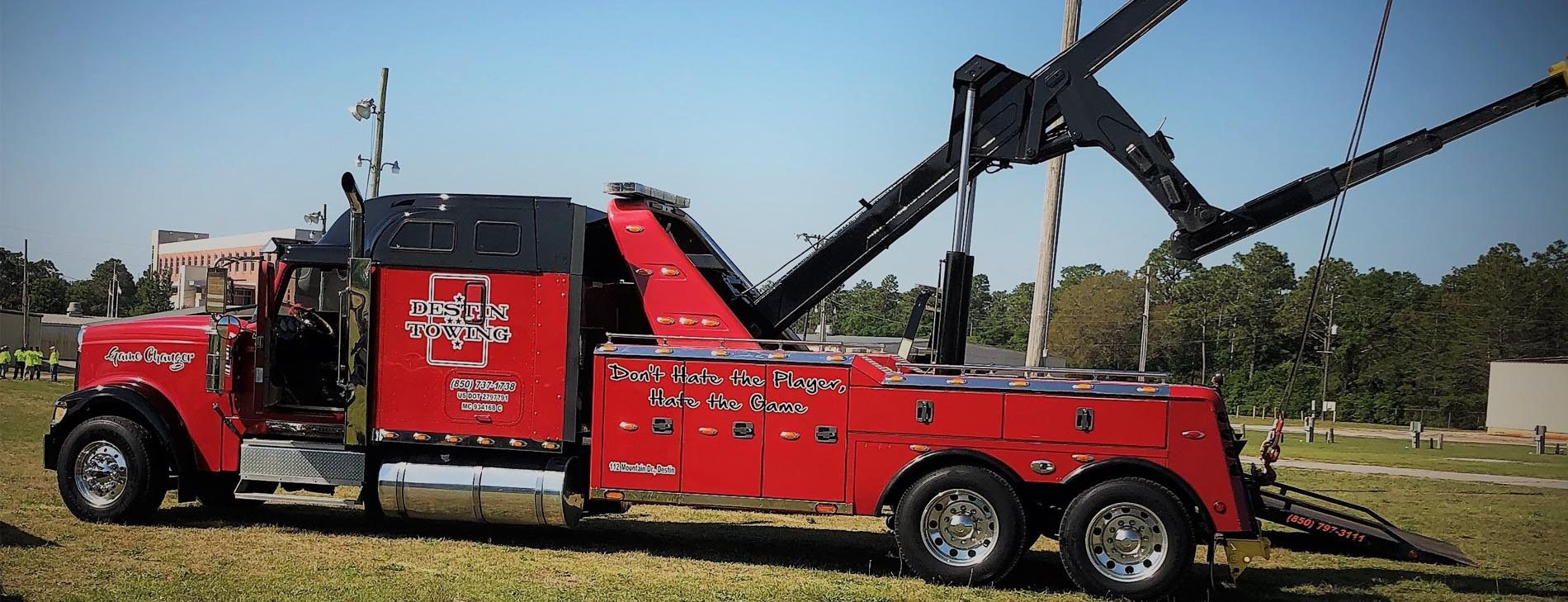 A Banner sized image of a Destin towing truck